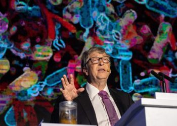 """Microsoft founder Bill Gates (R) talks next to a container (L) with human feces during the """"reinvented toilet expo"""" in Beijing on November 6, 2018. (Photo by Nicolas ASFOURI / AFP)"""